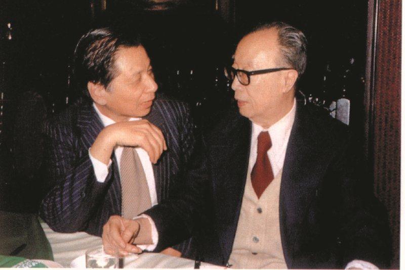 1987年,蔡文甫祝賀文學大師梁實秋86歲華誕,宴會上兩人相談甚歡。 圖/九歌出版提供