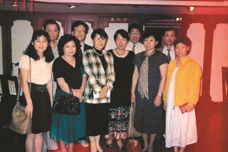 1988年,蔡文甫籌辦「南北作家大會師」,帶領作家南下與會。左二起:蔡文甫、廖輝英、黃永武、楊小雲、席慕蓉、劉海北、張曉風、謝鵬雄。 圖/九歌出版提供