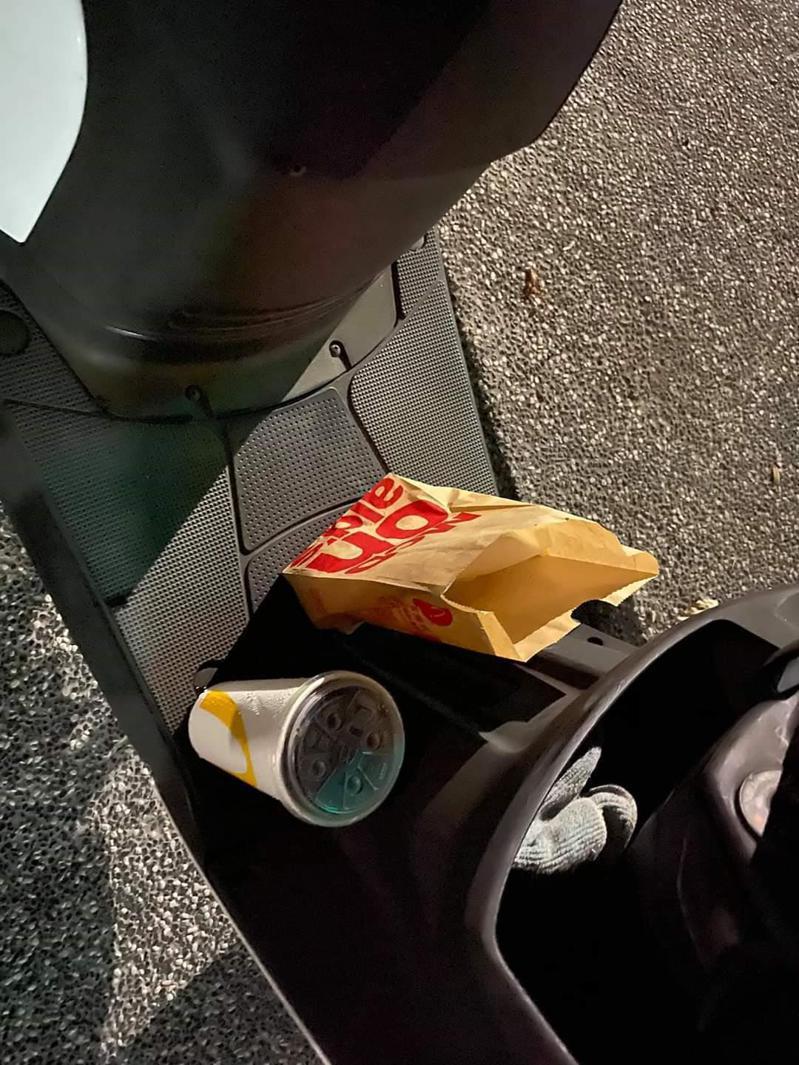 告知外送員先將餐點放在門口機車踏板,在十分鐘後下樓卻發現餐點已被吃光。 圖翻自爆料公社