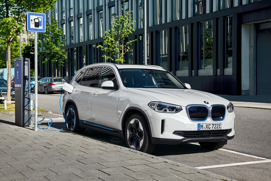 BMW iX3使用150kW快充系統充電時,可在34分鐘內將電量從0補充至80%...