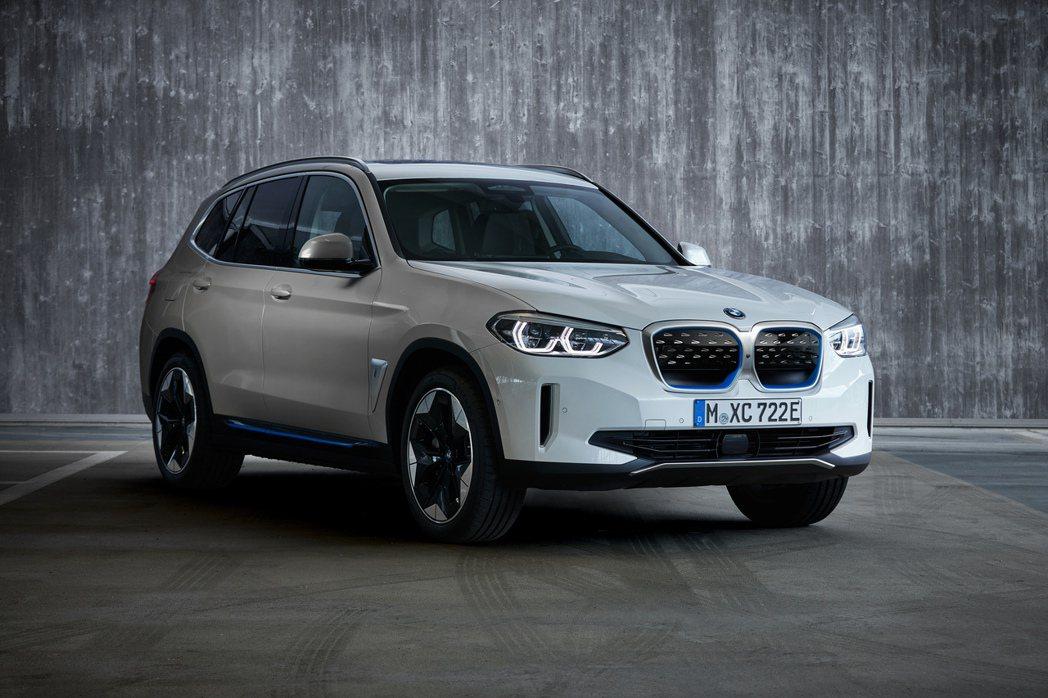 BMW iX3與內燃機X3外觀最大的不同,在於純電休旅iX3採用了封閉式腎形水箱...