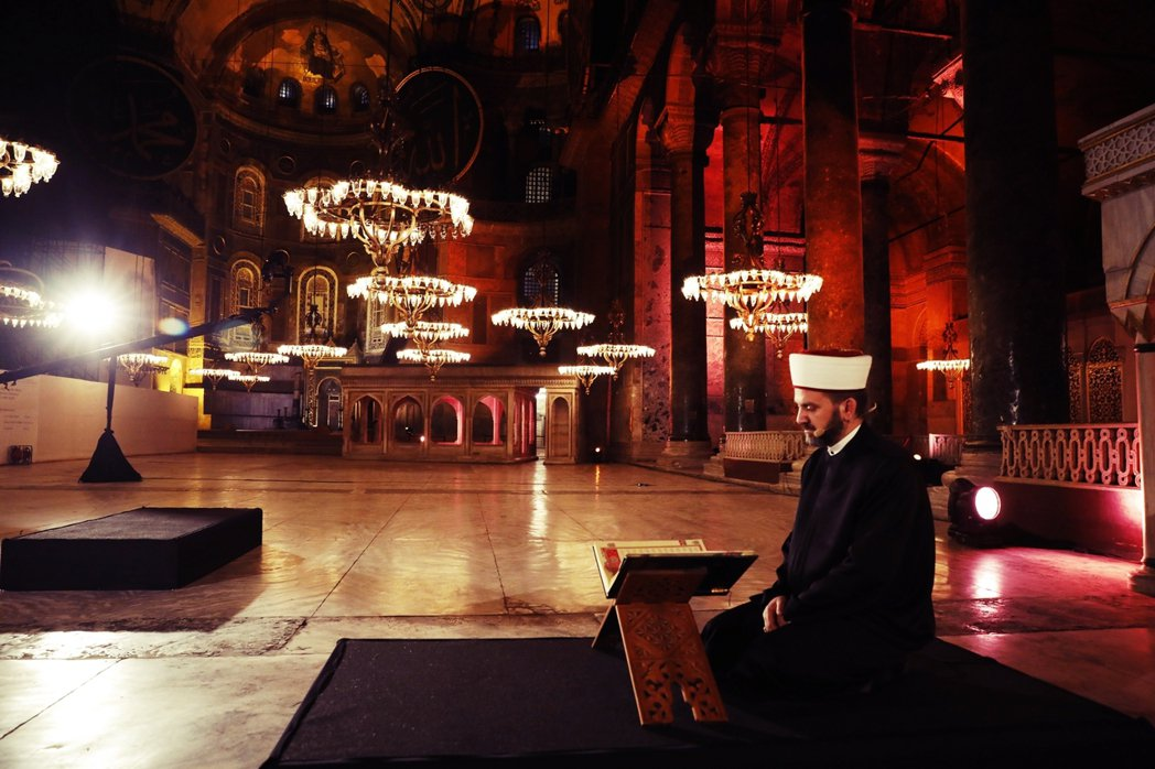 鄂圖曼帝國滅亡、凱末爾建立土耳其共和國後,在1934年將聖索菲亞清真寺改為博物館...