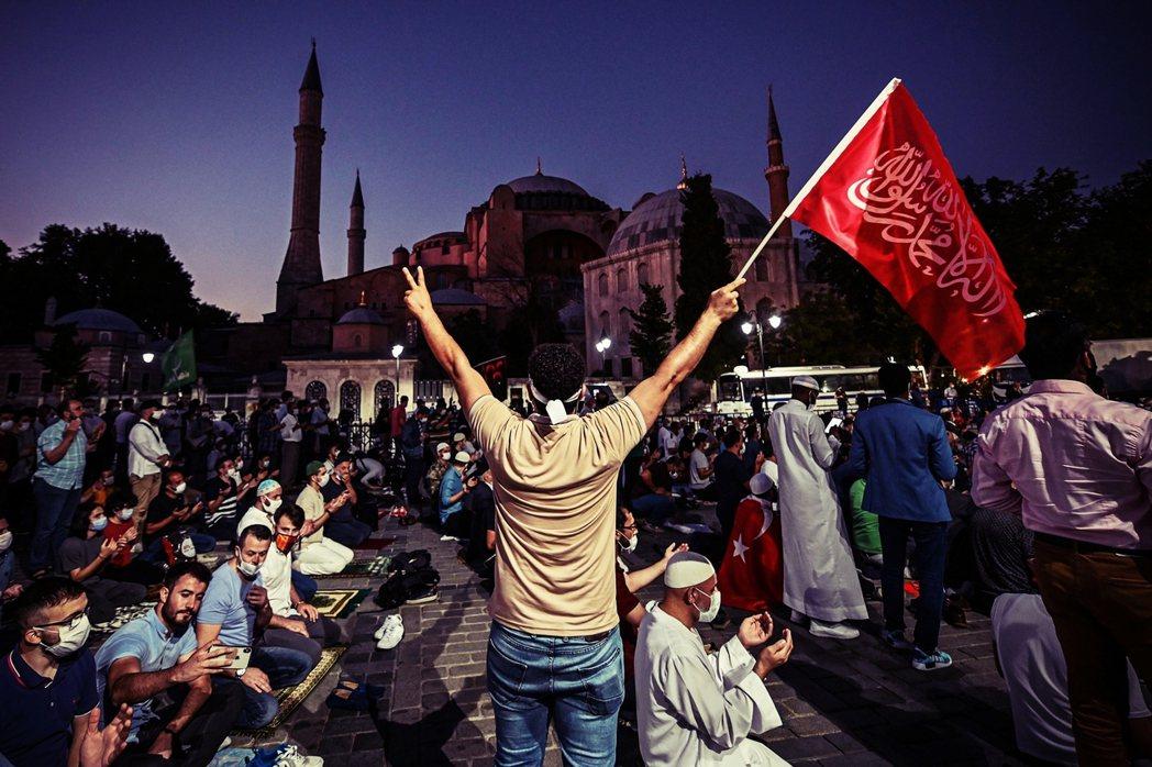 索菲亞的身份轉變,已經引起國內世俗主義擁護者的強烈不安。世俗主義可以說是土耳其社...
