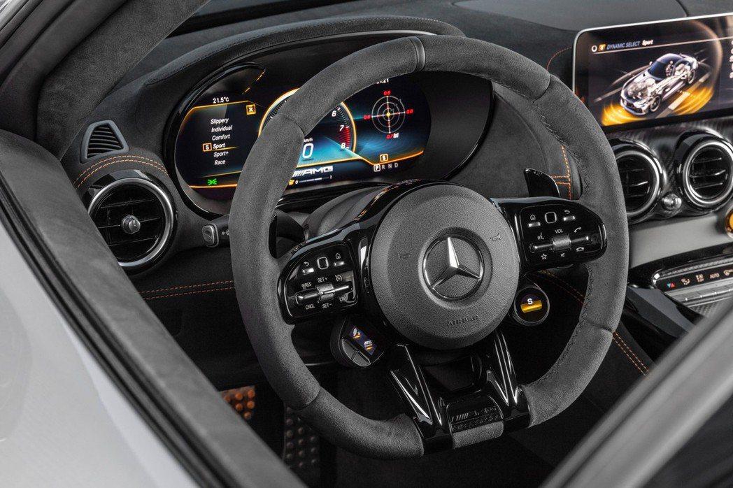 AMG GT Black Series電子儀錶板為12.3寸、中控螢幕則是10....