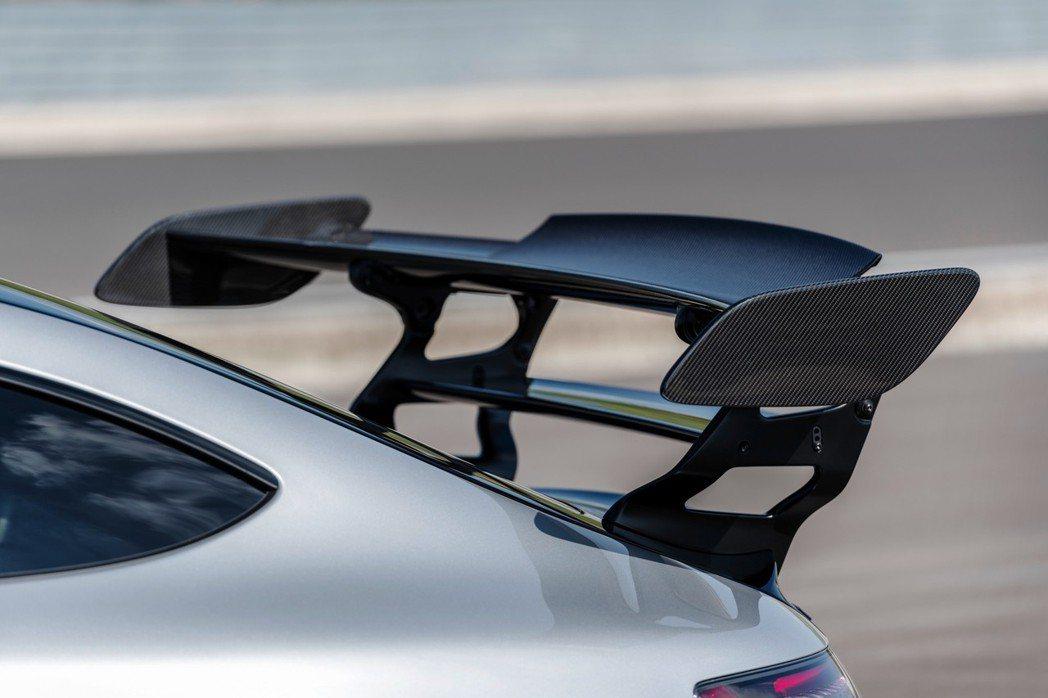 煞車和過彎時需要下壓力尾翼便會傾斜揚起。 摘自Mercedes-AMG