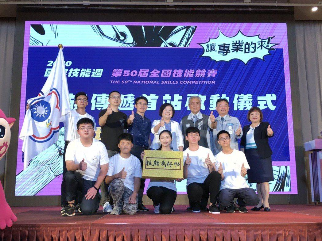 勞動部部長許銘春(中)與桃竹竹苗區選手代表、貴賓合影。 桃竹苗分署/提供