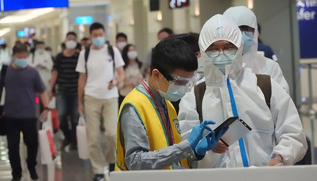 指揮中心接獲民眾反應,有些國家的新冠肺炎檢驗量能吃緊,民眾要在三天內取得核酸檢驗...