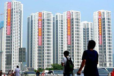 「搶房」怪象充斥,中國房企市場已成高風險漩渦?