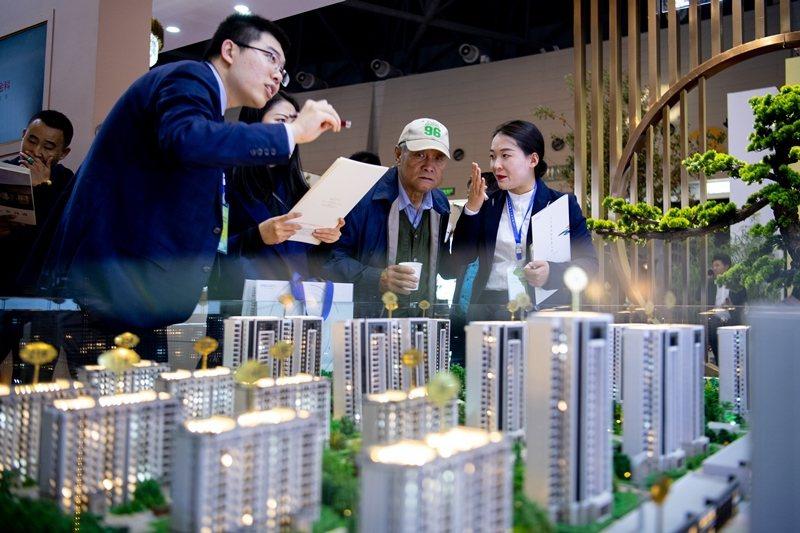 中國近兩個月突然出現爭相搶房、量價齊升等「榮景」,引發中國房市是否迴光返照之議論。 圖/中新社
