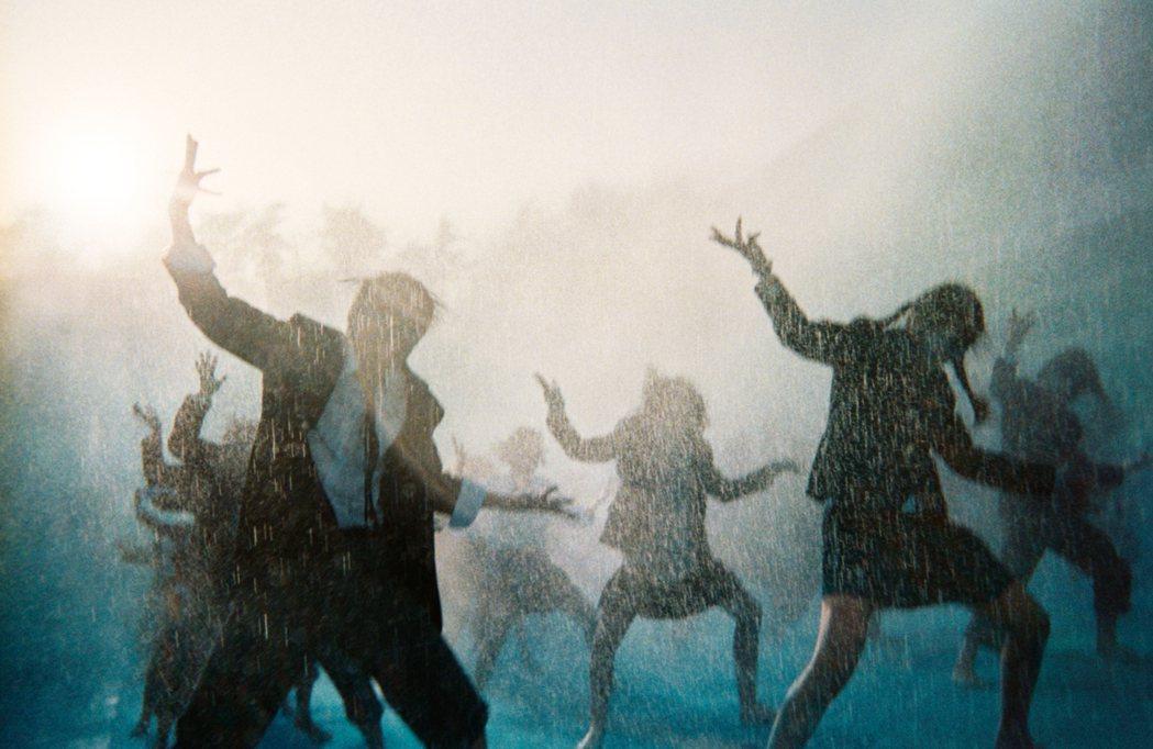 2017年奧山由之為《POCARI SWEAT》春夏廣告拍攝的照片引起日兩地的「...