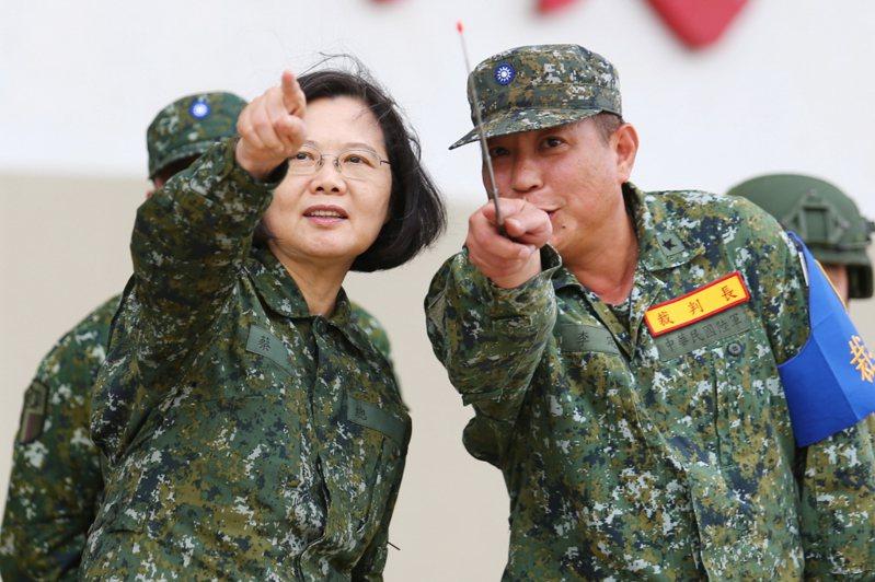 蔡總統(左)表示,這幾天,漢光36號演習正在全國各地進行中,她也視導了一部分操演,驗收國軍部隊的訓練成果。圖/聯合報系資料照