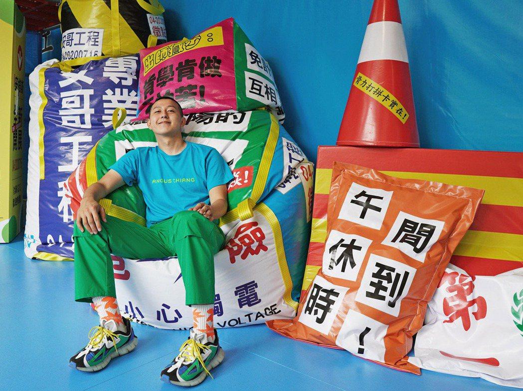 江奕勳運用城市中常見的景象製作各種結合抗議布條、廣告銷售與塗鴉等字句的懶骨頭休憩...