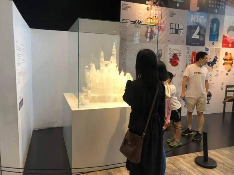館方無奈表示,目前只能讓玻璃城堡暫時以「不完美」的面貌示人。 圖截自微博