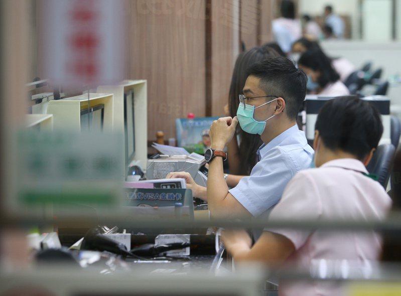 圖為北門郵局工作人員作業情形。中央社