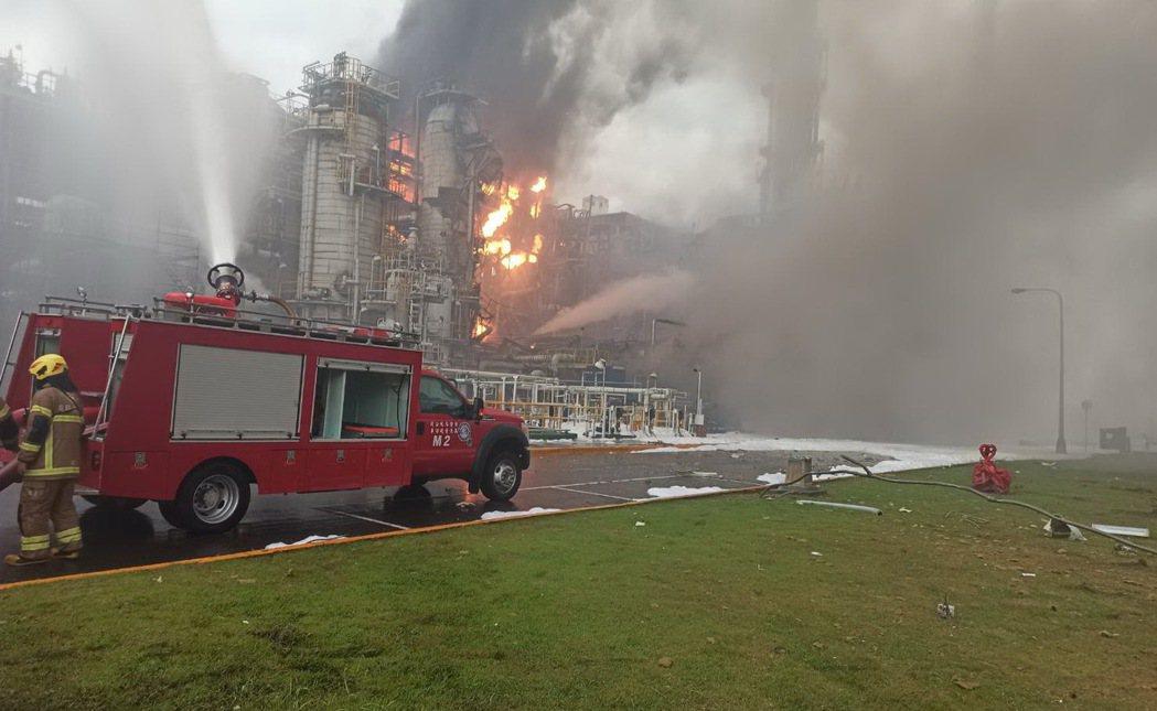 雲林消防局表示,經確認為塑化煉二廠RDSII(加氫脫硫)製程起火燃燒,目前刻正佈...