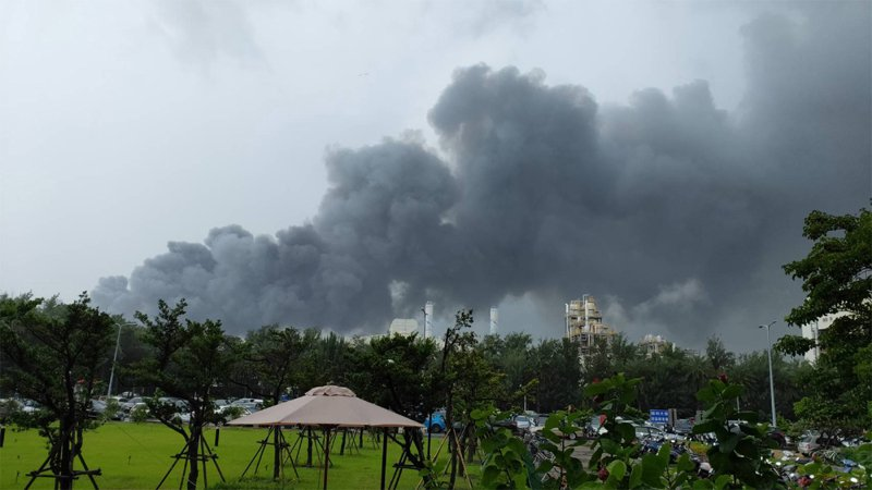 雲林縣麥寮六輕工業區塑化公司煉製二廠15日上午9時許發生工安意外,廠區起火,冒出大量濃煙。中央社(民眾提供)
