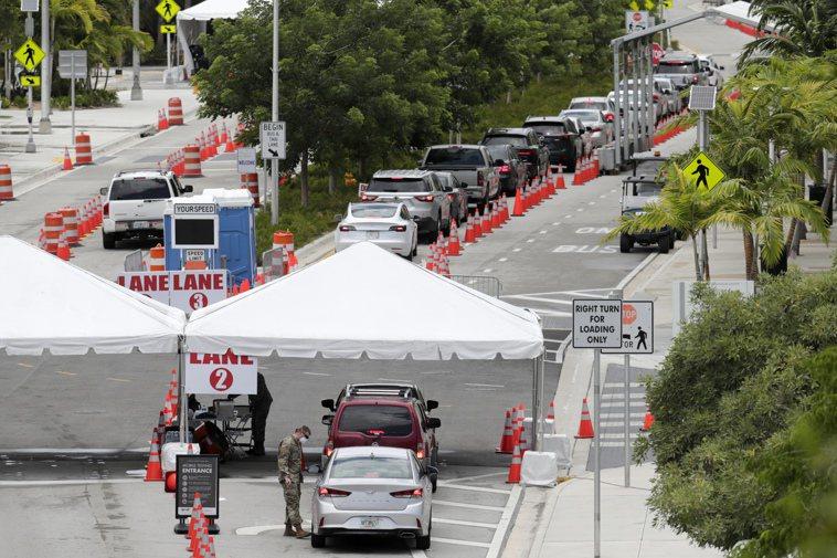 佛州邁阿密市新冠疫情嚴重,圖為鄉邁阿密海灘市會議中心停車場12日擠滿駕車前來檢測...