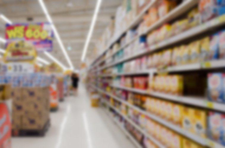 食藥署今天宣布擬祭出水貨商條款,凡是國外攜回或寄回的糖果、餅乾等食品,每天不得超...