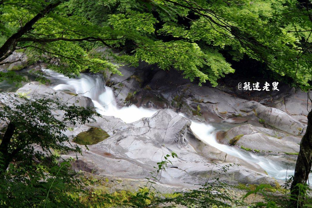 水流湍急,激出白色泡沫,流過溪谷, 迂曲流長,浩浩蕩蕩,向前奔去。