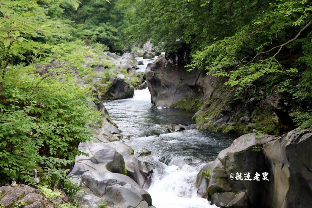 看著溪流,聆聽大自然的聲音, 溪流清澈,嘩嘩啦啦~