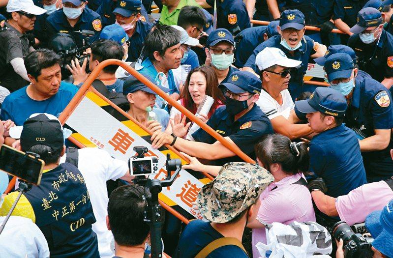 國民黨支持者昨在立院場外抗議,與警方爆發激烈衝突。記者胡經周/攝影