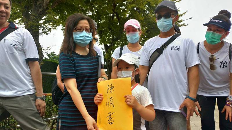 總統府代表(左二),從陳小妹妹(右三)手中接過自救會的陳情書。記者林宸誼/攝影