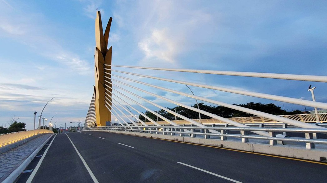 橫跨雲林縣二崙鄉及虎尾鎮的「雲禾大橋」,16日將通車啟用,新橋設計者是出自蓋上海...