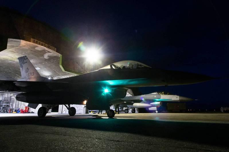 空軍F-16戰鬥機滑出機庫,待命升空。圖/軍聞社