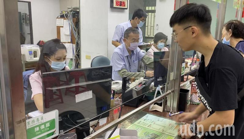 台南市小東路郵局一早就有長長的排隊人龍等著領三倍券。記者修瑞瑩/攝影