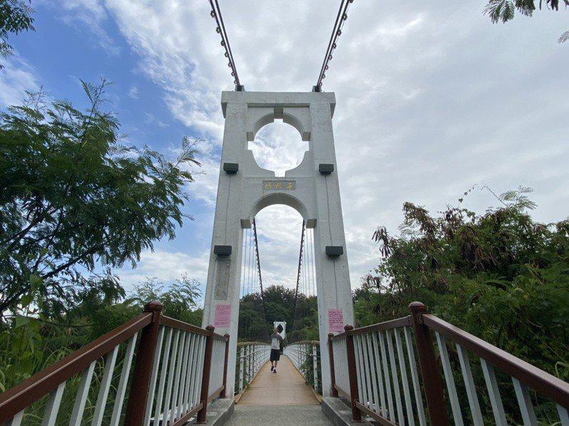 有27年歷史的彰化縣唯一人行吊橋─彰化市華陽吊橋,縣府最近安全巡檢發現垂吊索有生銹情形,因此從7月20日起至8月底,將封閉維修。記者劉明岩/攝影