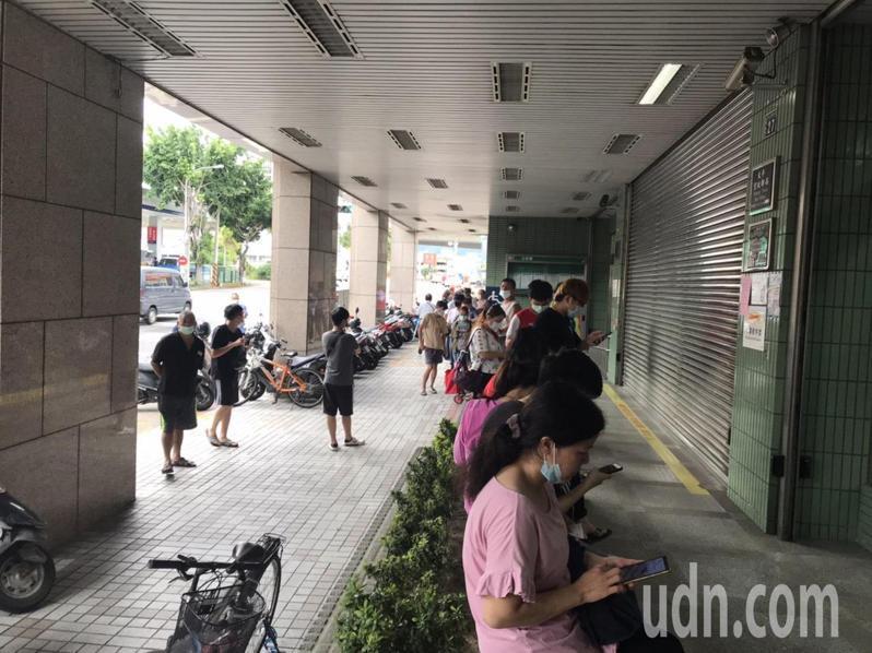 全國郵局賣三倍券,現場排長龍。記者黃寅/攝影