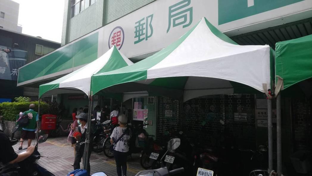 新莊最大郵局中正路郵局未見排隊人潮。記者吳亮賢/攝影
