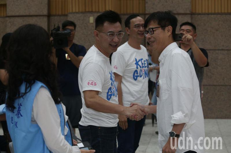 三名參選人抽籤前也展現君子風度,與對手陣營致意打氣。記者劉學聖/攝影