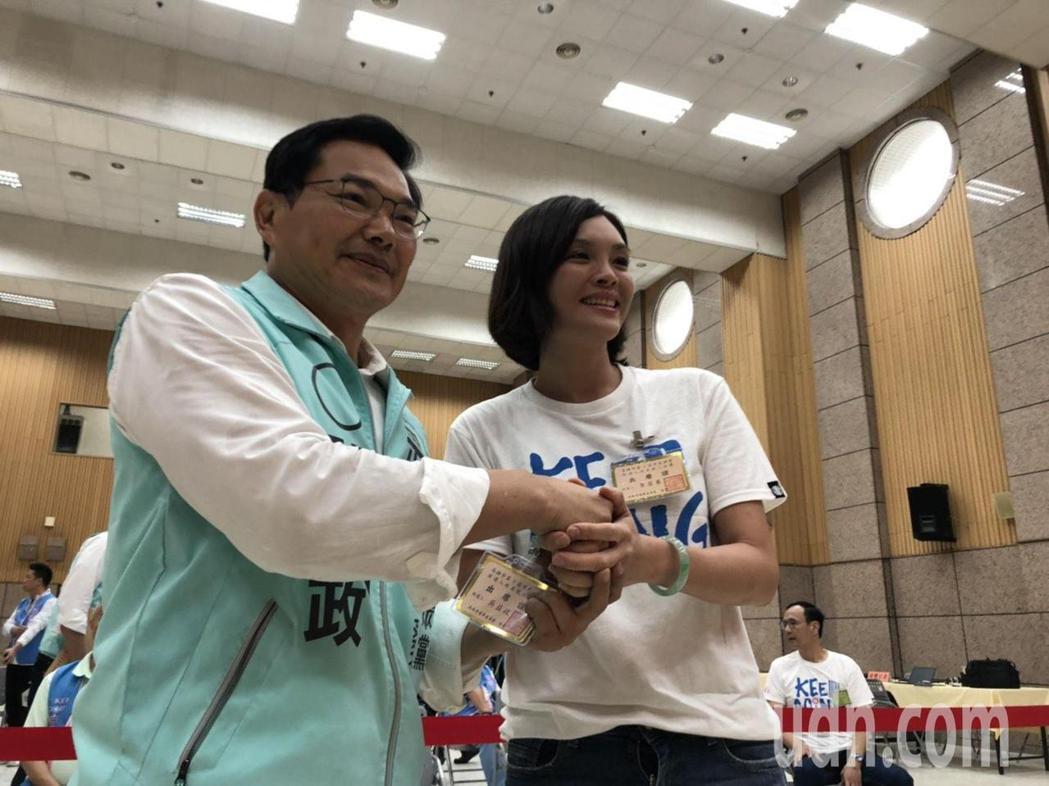 三名參選人抽籤前也展現君子風度,相互握手致意打氣。記者王慧瑛/攝影