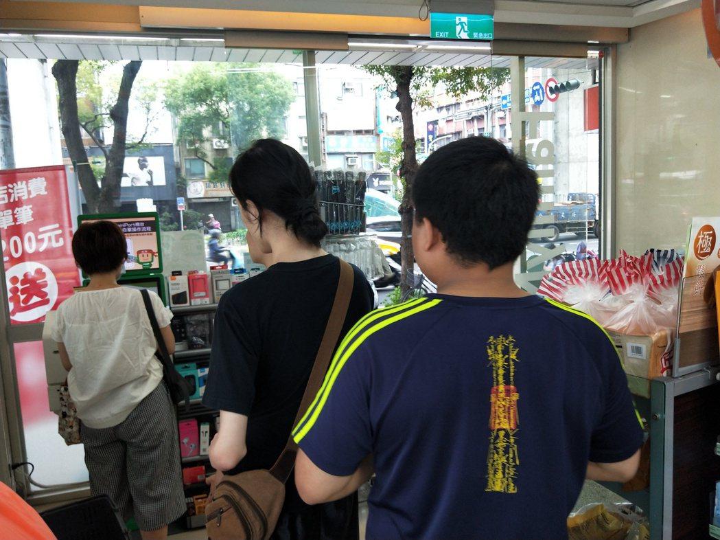 民眾到超商排隊操作機台要領三倍券。記者江婉儀/攝影