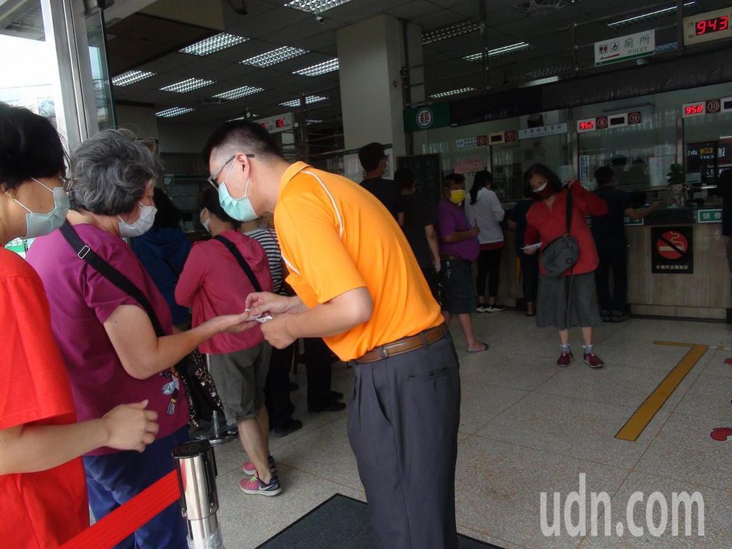 郵局今天開放購買振興三倍券,台中潭子郵局一早湧入許多人排隊領券。記者余采瀅/攝影