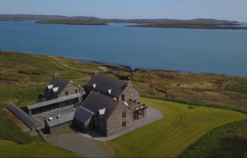 歐洲一名富人透過影片買下馬島。圖取自YouTube(@Engel & Voelkers Cork)