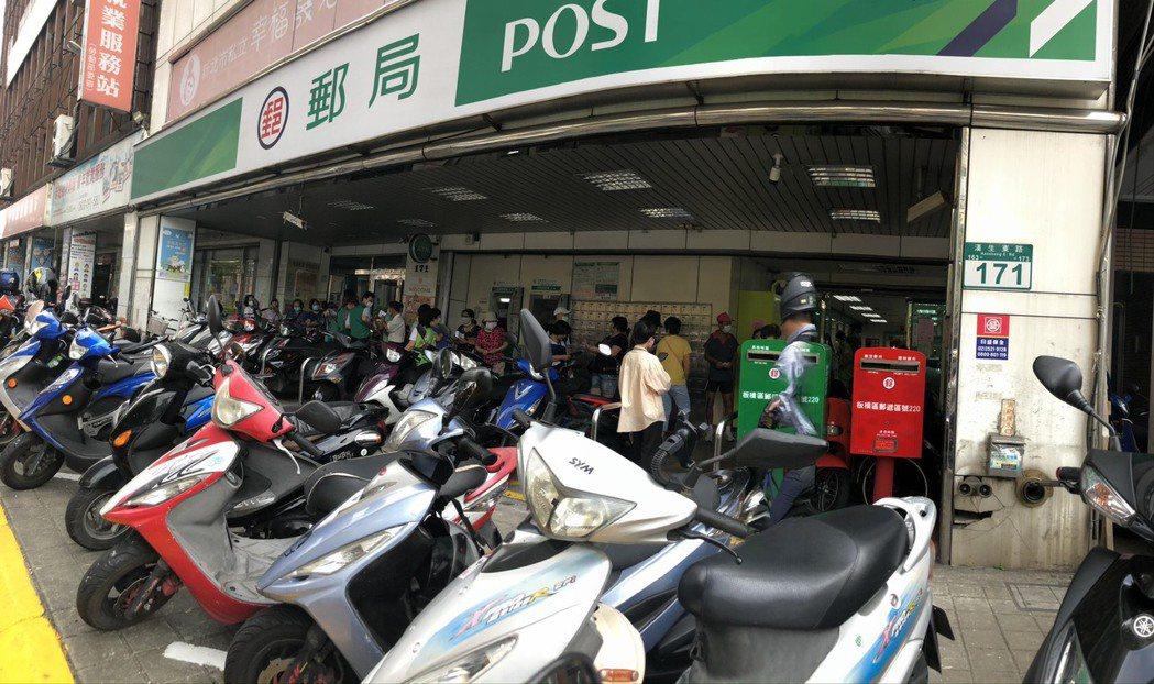 郵局陸續有人排隊購買三倍券。記者賴于榛/攝影