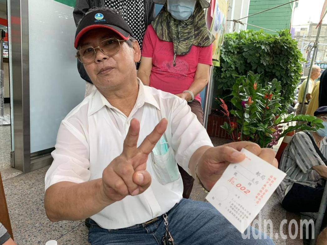 雲林斗六蘇先生5點多到郵局門口排隊,他表示希望中央政策的美意,不要一直調整使用規...