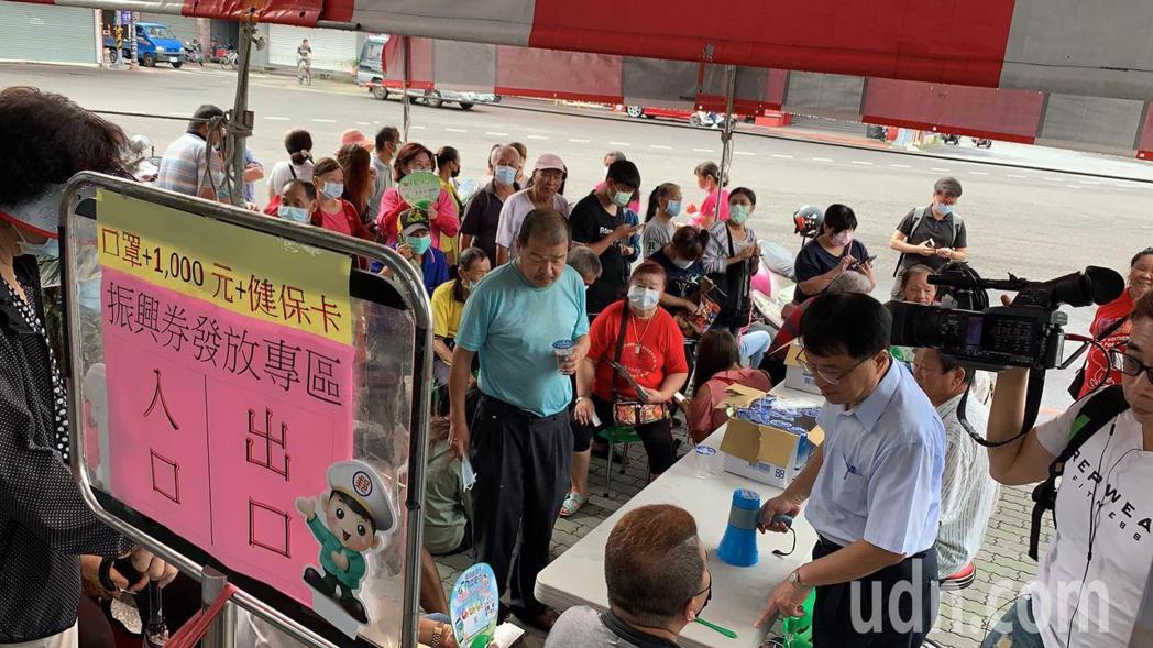 雲林郵局今天上午排隊領三倍券的人潮近百人,由於事先已規畫開設專辦櫃台及動線,每位...