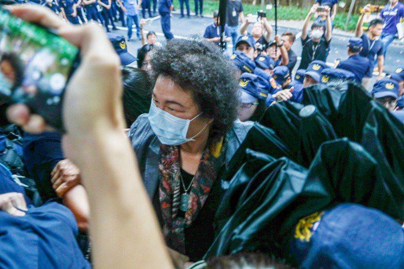 監察院長被提名人陳菊在警力保護下,昨由側門進入立法院。記者曾原信/攝影