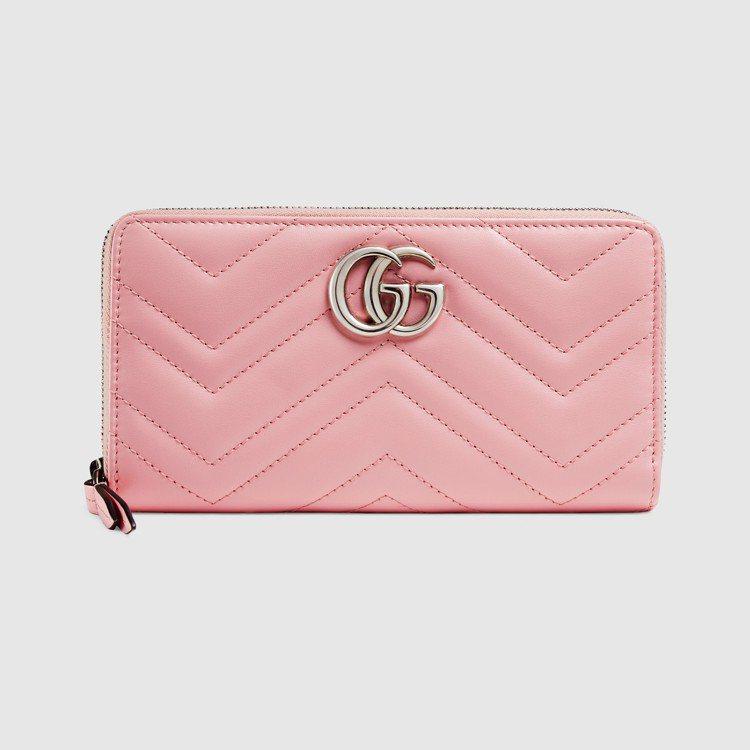 GG Marmont 粉色拉鍊長夾,24,300元。圖/GUCCI提供