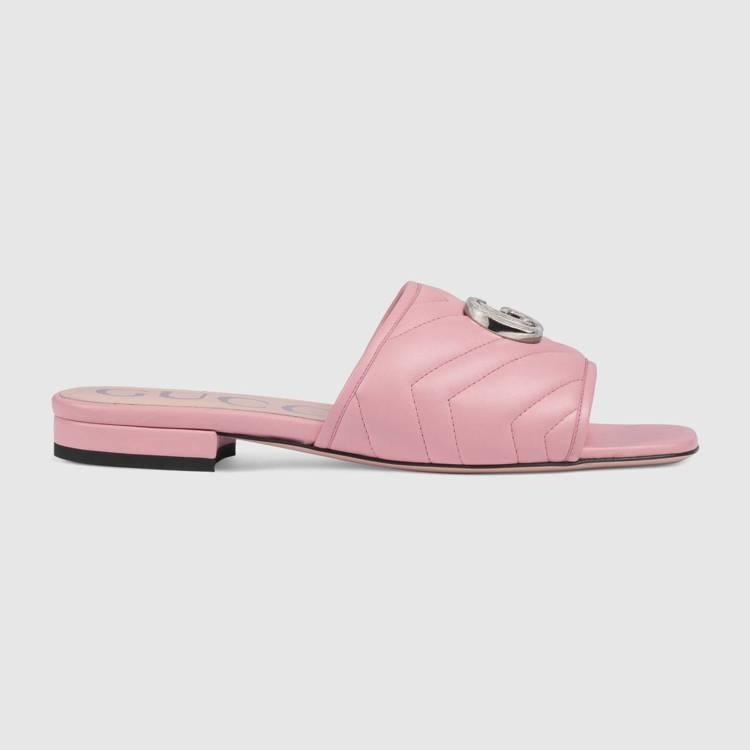 粉色皮革裝飾雙G釦飾拖鞋,22,600元。圖/GUCCI提供