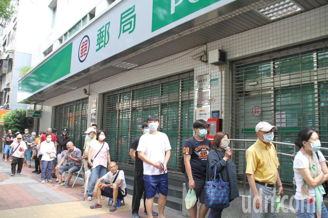 三倍券今天開始發放,北市部分郵局開門前出現短暫排隊情形。記者楊正海/攝影