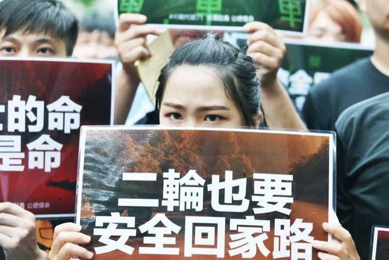 圖為台灣機車路權促進會,7月1日包圍公路總局抗議。記者曾原信/攝影