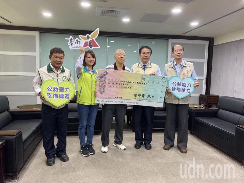 台南市政府市政顧問徐修齊(中)今天捐贈100萬元協助弱勢,台南市長黃偉哲(右二)頒贈感謝狀。記者鄭維真/攝影