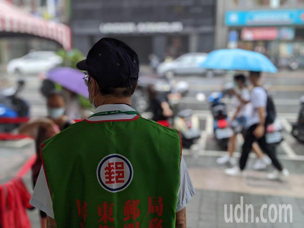 屏東一早下大雨,屏東郵局開門後僅有零星民眾前往購買三倍券。記者陳弘逸/攝影