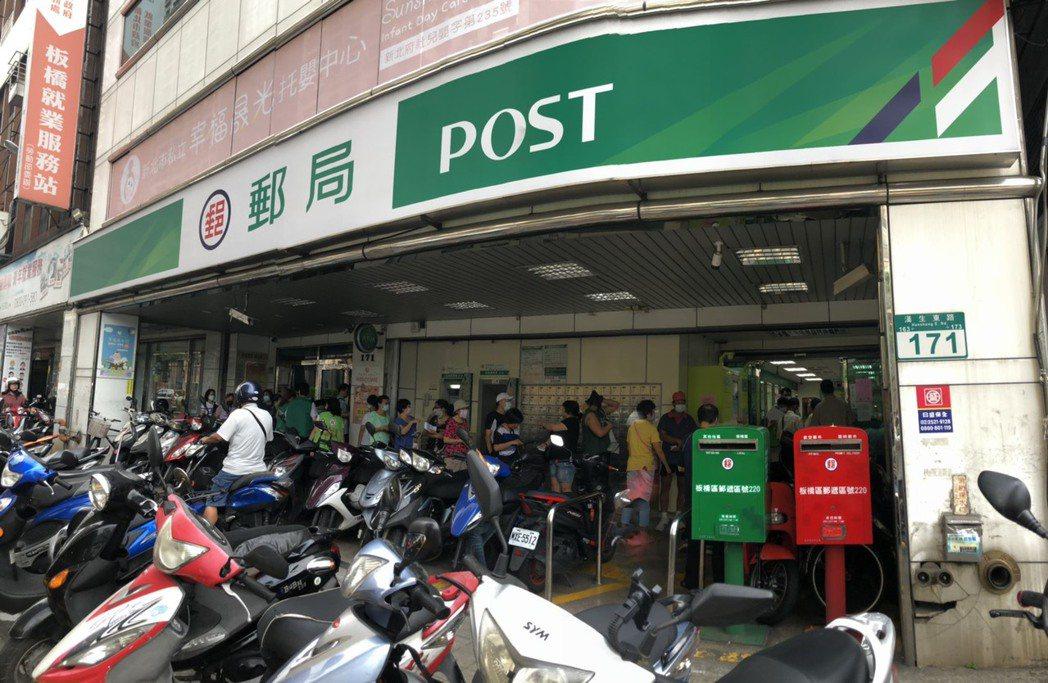 民眾今日可至郵局直接攜帶健保卡買實體券。記者賴于榛/攝影
