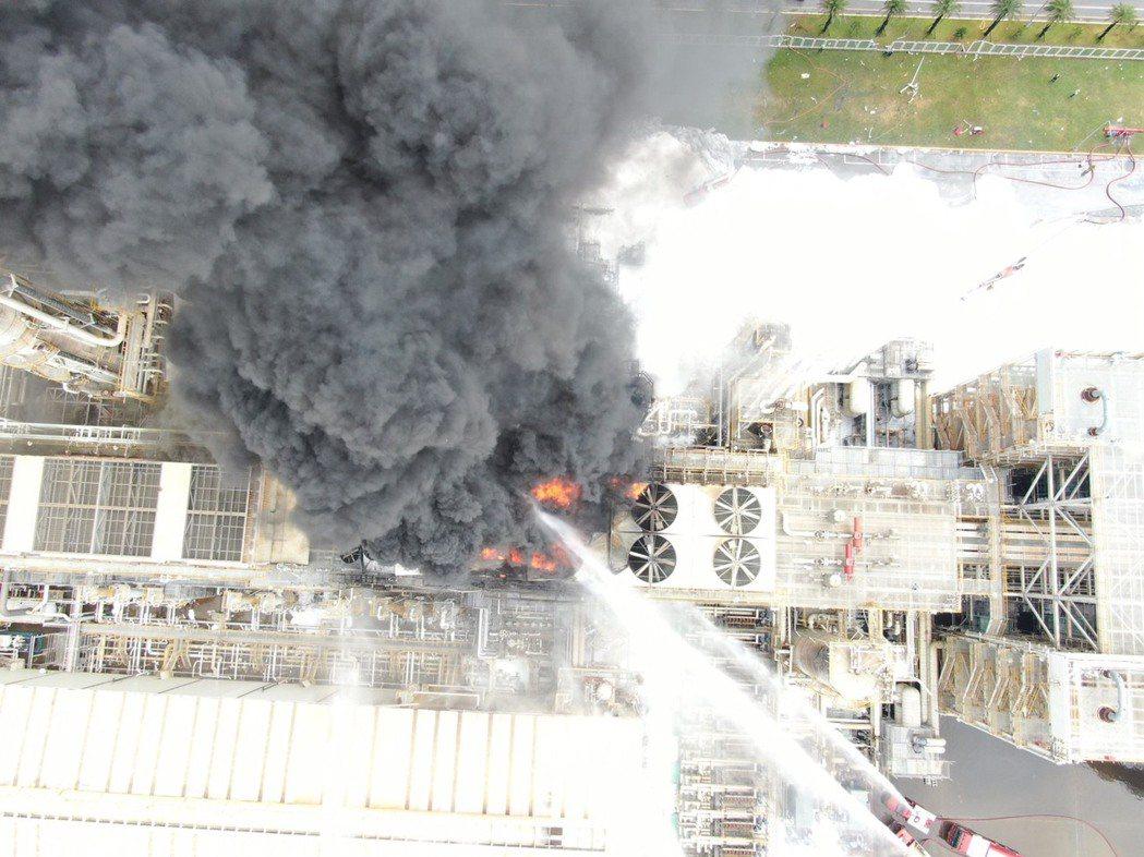 六輕爆炸火勢不小,從高空看出濃煙大火,爆炸聲震動兩公里外都感受得到像打雷,火勢已...