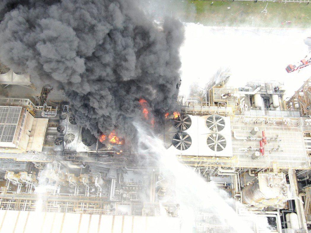 六輕煉二廠爆炸,造成三人輕傷。圖/雲林消防局提供